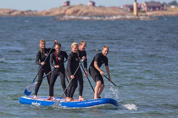 SUP - stand up paddling som teambuildningaktivitet. Vansinnigt roligt.